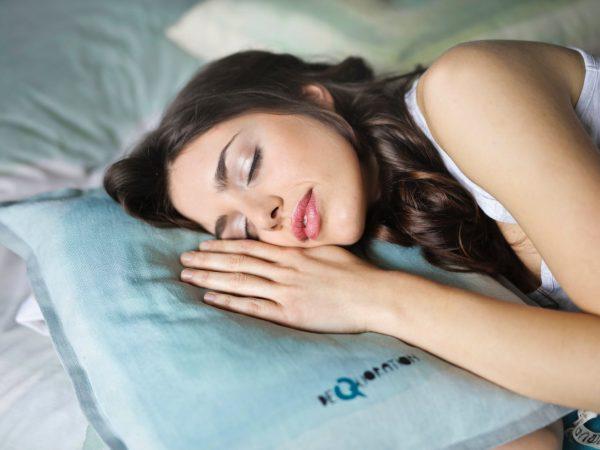 vrouw aan het slapen