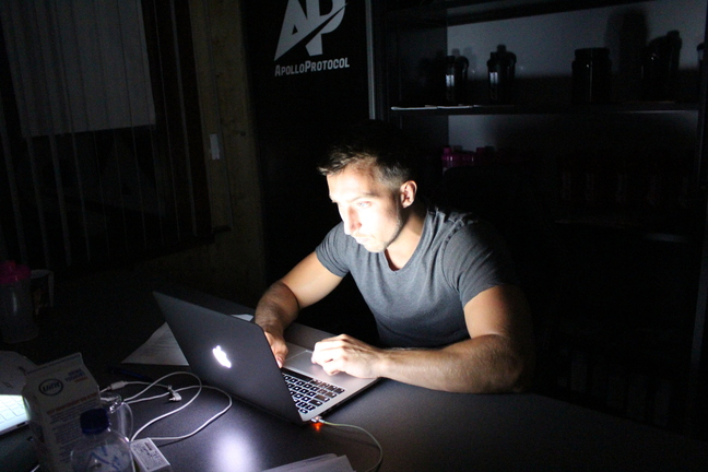 moe zijn man in donker werken blauwlicht scherm zorgt voor vermoeidheid