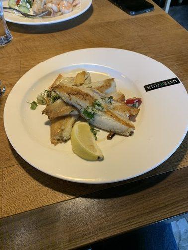 vis met citroen gezond eten op een bord