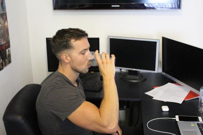 water drinkende man