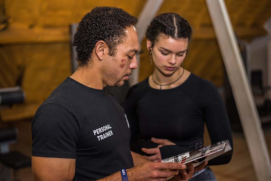 Online fitness coaching om je doelen te bereiken zoals afvallen of spieren opbouwen.