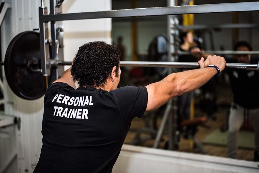 Personal trainer die je helpt bij het bereiken van je fitness of gezondheid doelen.