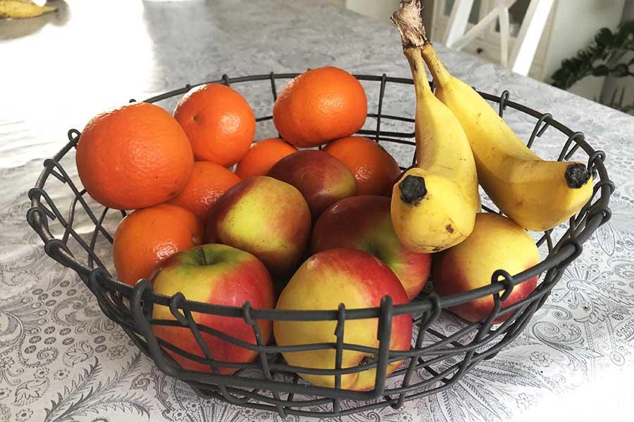 Fruitschaal met verschillende soorten fruit.
