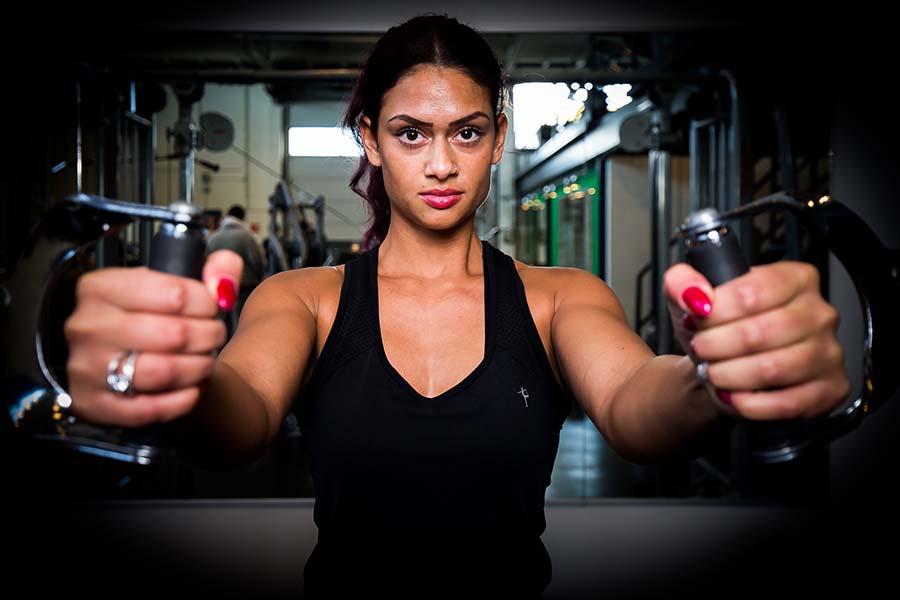 Spieren opbouwen met fitness.