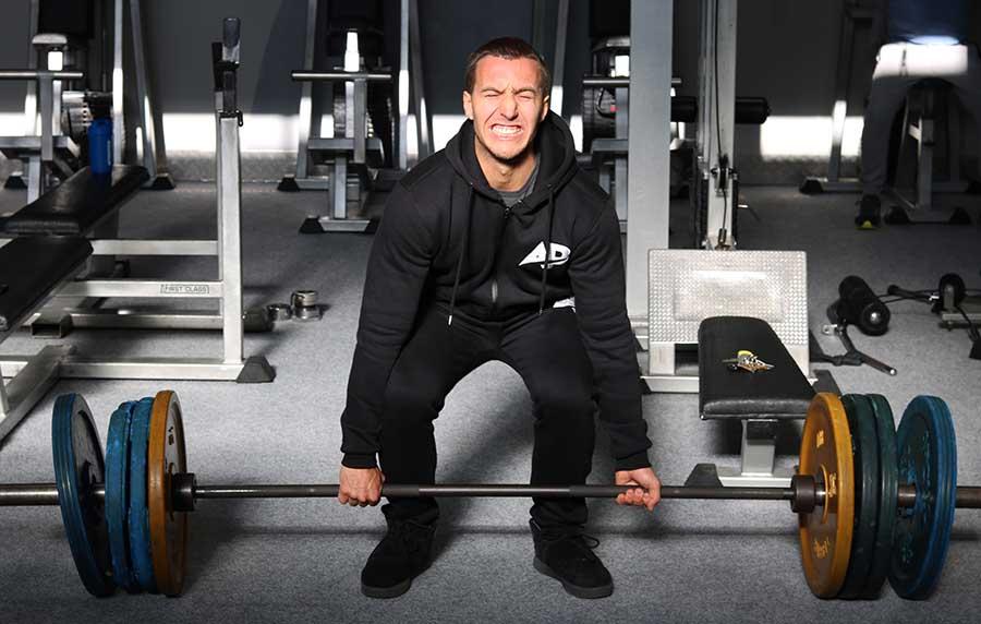 Te zware gewichten tillen met fitness is niet goed voor spieren opbouwen.