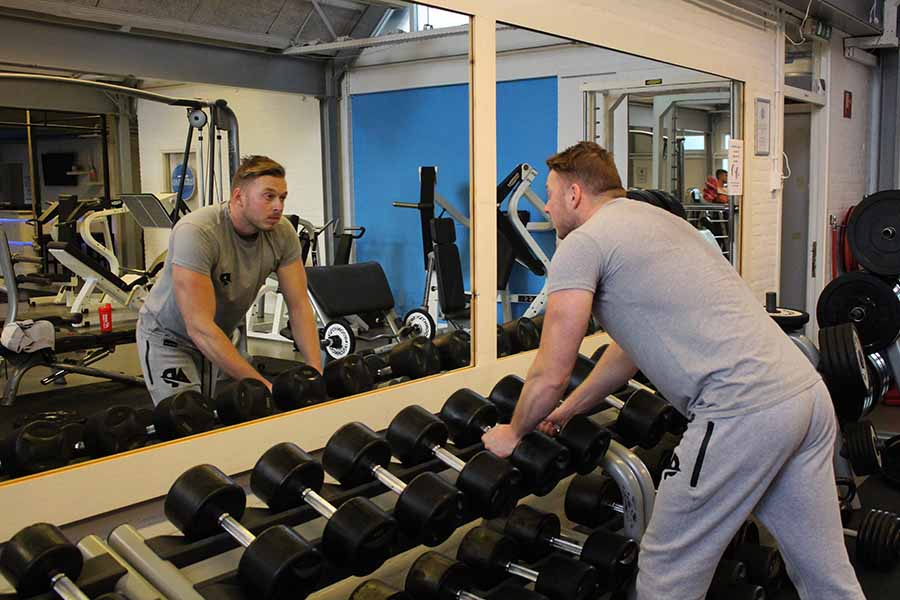 Spieren opbouwen in de sportschool.