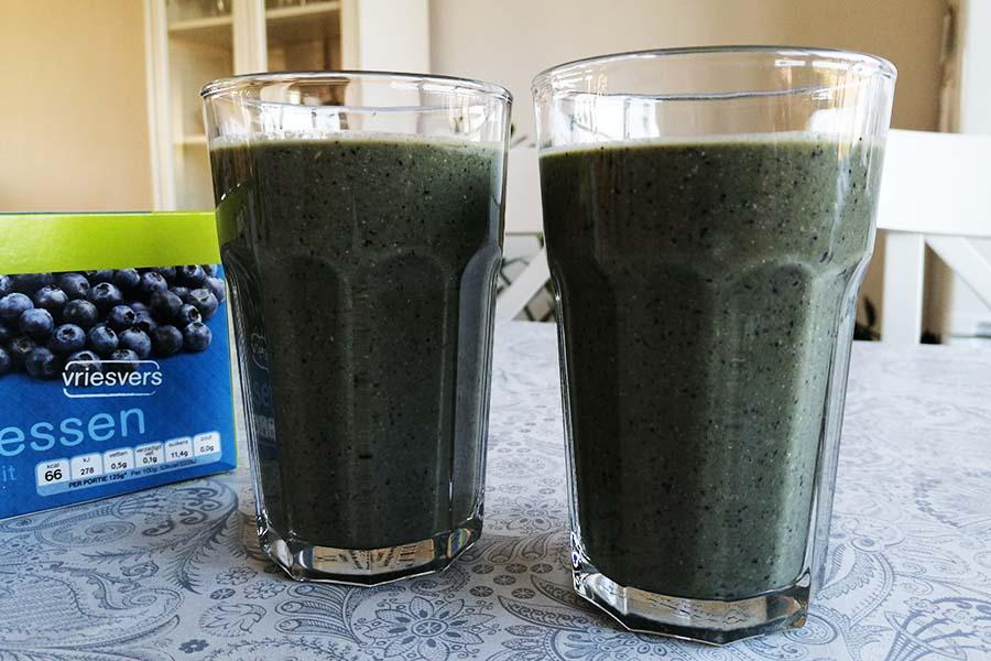 Groente smoothie met spinazie en blauwe bessen
