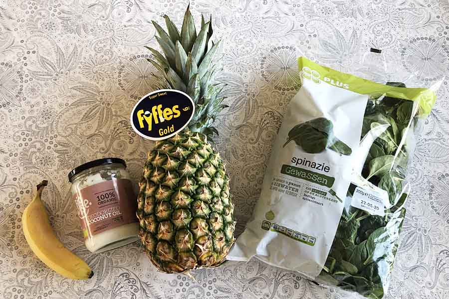 Ingrediënten groente smoothie met spinazie en ananas