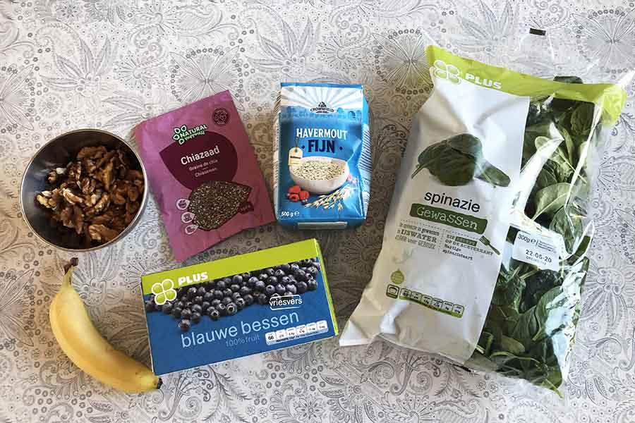 Ingrediënten groente smoothie met spinazie en blauwe bessen