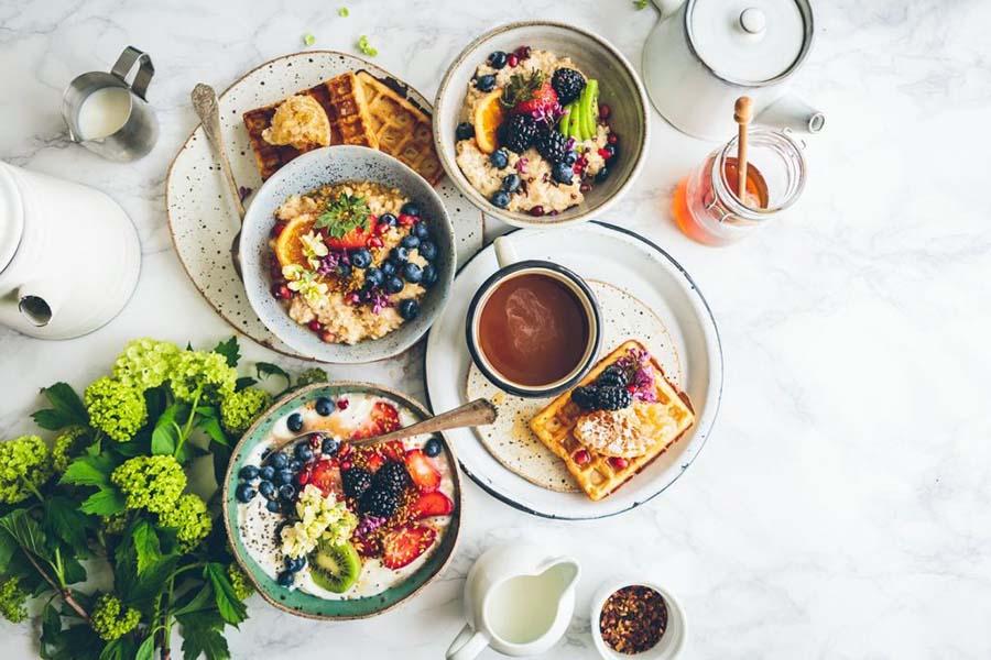 Het eten van een gezond ontbijt is belangrijk.