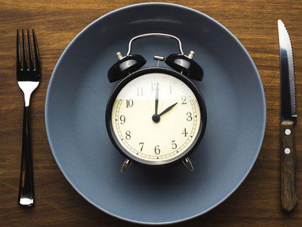Intermittent fasting is effectief voor afvallen.